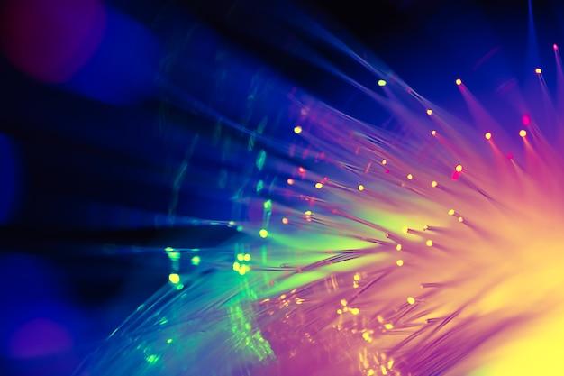 Kolorowe światłowody światłowodowe, szybkie technologie telekomunikacji cyfrowej w tle.