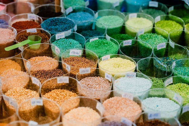 Kolorowe szklane koraliki