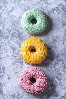 Kolorowe szkliwione pączki