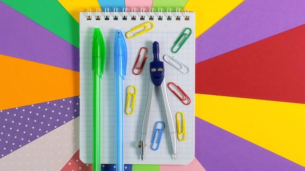 Kolorowe szkolne artykuły papiernicze. powrót do szkoły koncepcja edukacji.