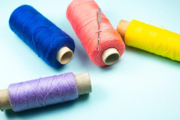 Kolorowe szpule nici z igłą
