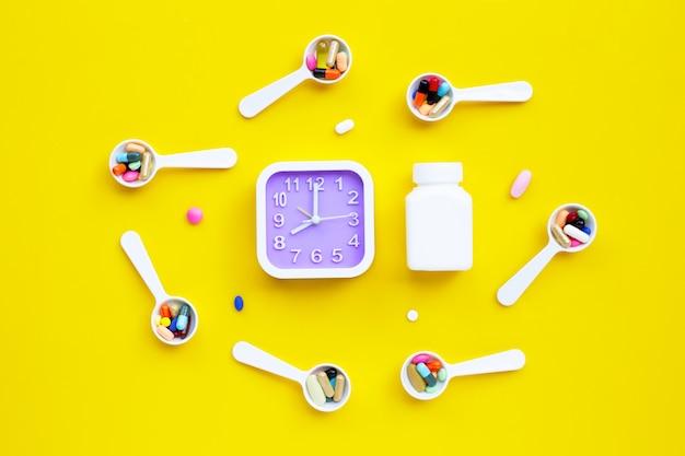 Kolorowe tabletki z kapsułkami i pigułkami