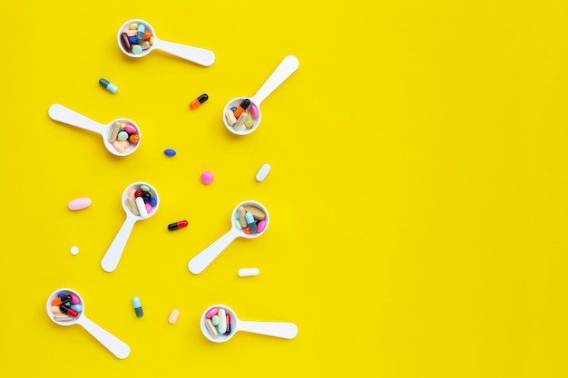 Kolorowe tabletki z kapsułkami i pigułki na żółto