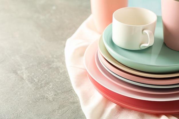 Kolorowe talerze i kubki ułożone na szarym stole