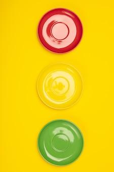 Kolorowe talerze na żółto