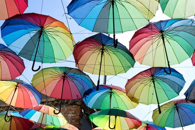 Kolorowe tęczowe parasole w różnych kolorach. odbanowa dekoracja ulicy turystycznej.