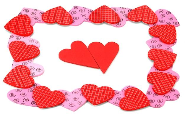 Kolorowe teksturowane walentynki w kształcie serca na białym tle
