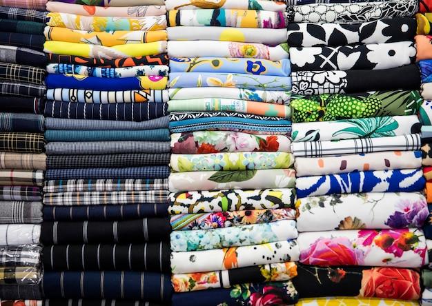 Kolorowe tkaniny na rynku