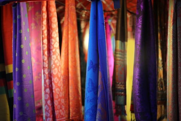Kolorowe tkaniny powiesić tło