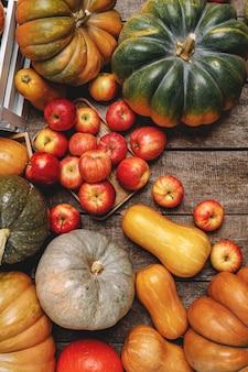 Kolorowe tło jesień z widokiem z góry dynie i jabłka