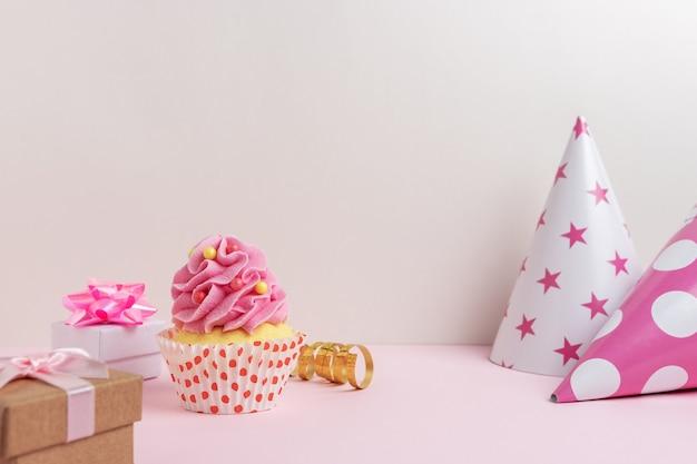 Kolorowe tło uroczystości z różnymi dekoracjami stron i ciastko.
