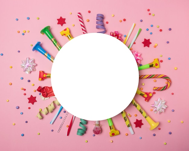 Kolorowe tło uroczystości z różnymi konfetti stron, serpentyny i dekoracji.