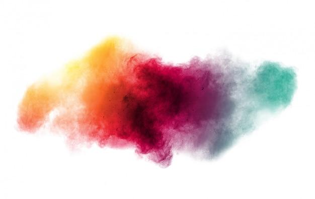 Kolorowe tło wybuchu proszku pastelowego. wielokolorowe rozchlapać pył na białym tle. malowane holi.