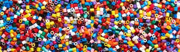 Kolorowe tło wykonane z plastikowych koralików