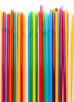 Kolorowe tło zbliżenie słomek do picia