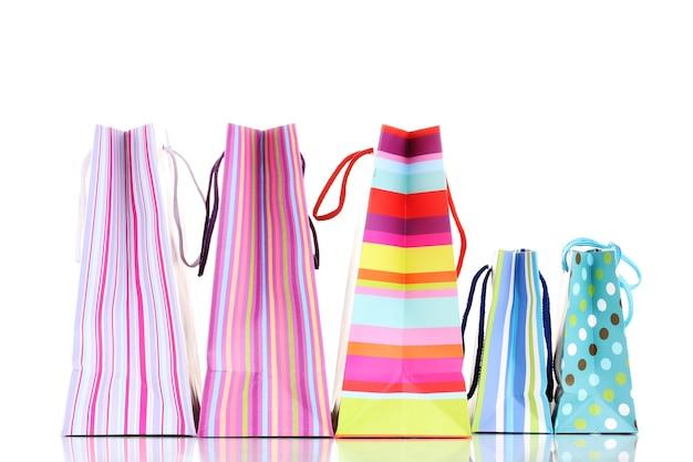 Kolorowe torby na prezent na białym tle