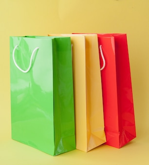 Kolorowe torby na zakupy na białym tle