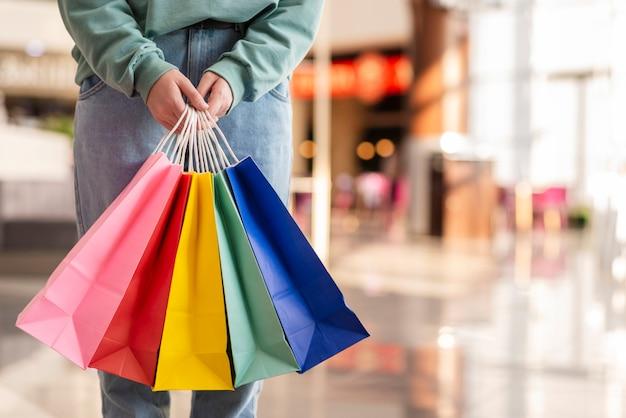 Kolorowe torby papierowe ręce