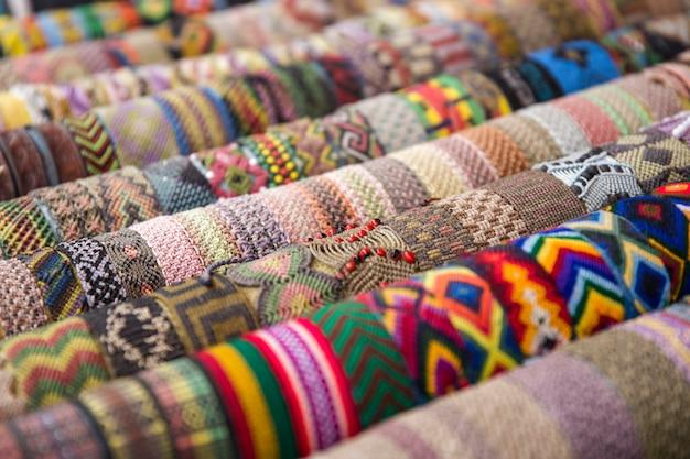 Kolorowe tradycyjne boliwijskie tkaniny na rynku