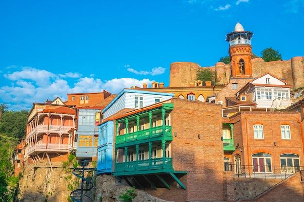 Kolorowe tradycyjne domy z drewnianymi rzeźbionymi balkonami w dzielnicy abanotubani starego miasta tbilisi, gruzja.