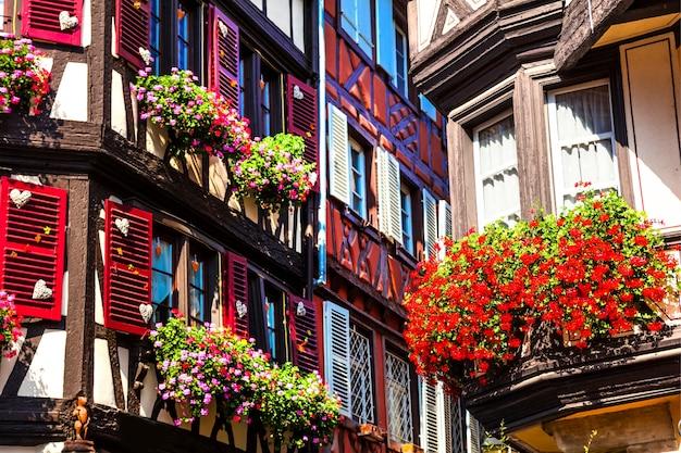 Kolorowe tradycyjne domy z muru pruskiego w alzacji we francji, miasto colmar