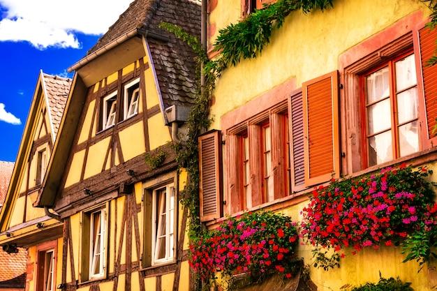 Kolorowe tradycyjne domy z muru pruskiego w alzacji we francji
