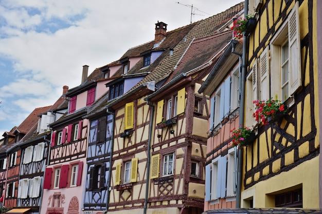 Kolorowe tradycyjne francuskie domy w historycznym mieście colmar, znanym również jako mała wenecja. alzacja, francja.