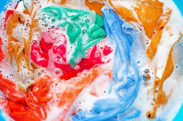 Kolorowe ubrania moczą się przed praniem.