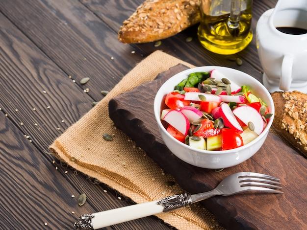 Kolorowe warzyw salaterki na obiad na drewnianym rustykalnym