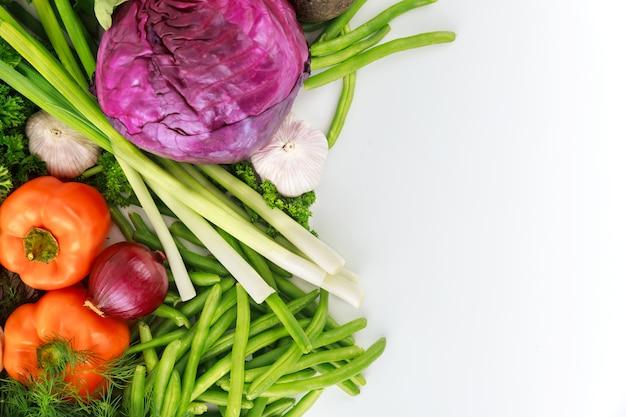Kolorowe warzywa do przygotowania zdrowej sałatki. pojęcie diety.