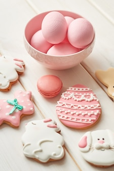 Kolorowe wielkanocne ciasteczka i różowe jajka