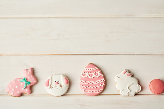 Kolorowe wielkanocne ciasteczka i różowy macaron