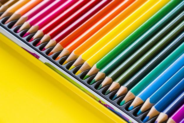 Kolorowe wielokolorowe ołówki do rysowania i malowania