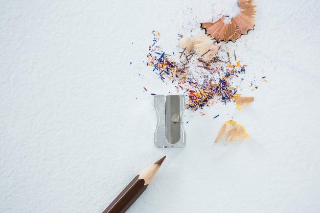 Kolorowe wióry z brązowym ołówkiem