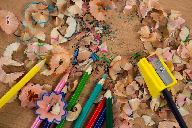 Kolorowe wióry z kolorowymi kredkami i temperówką