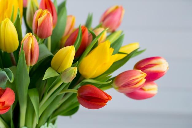 Kolorowe wiosenne życzenia z tulipanów na wielkanoc, dzień matki.