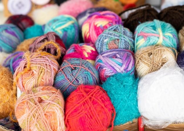 Kolorowe włóczki w pudełku na destylatorze na bazarze