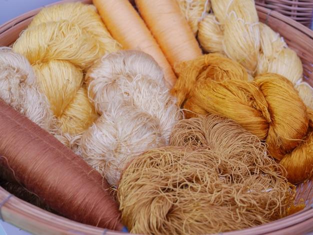 Kolorowe włókna jedwabne gotowe do splotu tkaniny jedwabiu