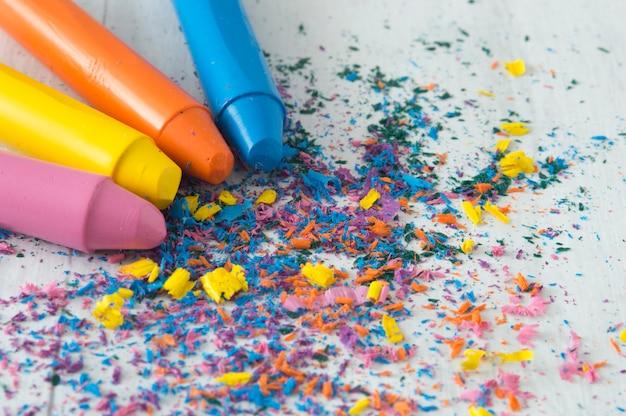 Kolorowe woski do farbowania dla dzieci. kolorowe kredki do kolorowania z kolorowym proszkiem.
