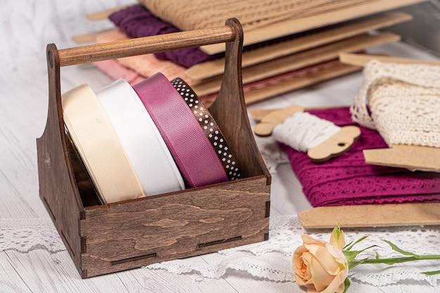 Kolorowe wstążki i koronki w zwojach do haftu hobby