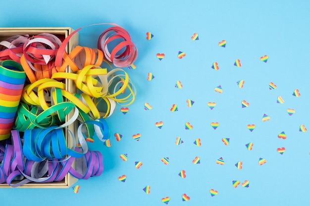 Kolorowe wstążki na niebieskim tle. kolorowe spirale kultura lgbtqia.
