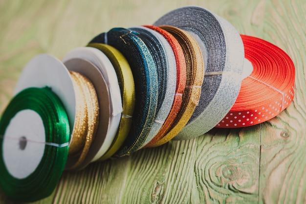 Kolorowe wstążki używane do dekoracji świątecznych prezentów