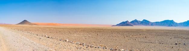 Kolorowe wydmy i malowniczy krajobraz na pustyni namib, park narodowy naukbuft namib.