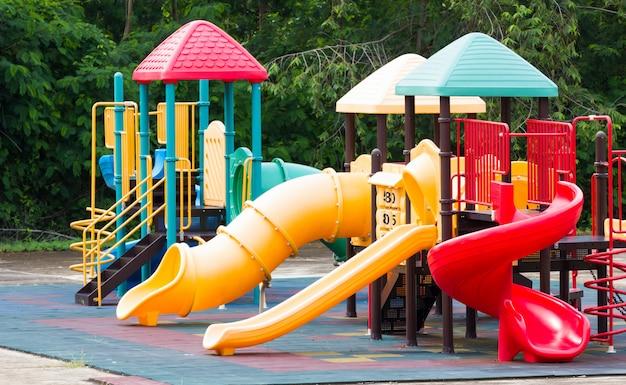 Kolorowe wyposażenie placu zabaw