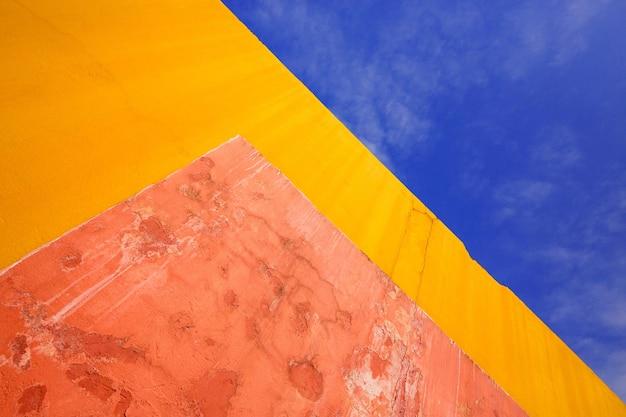 Kolorowe wzory, tynk ścian i niebo w tle.