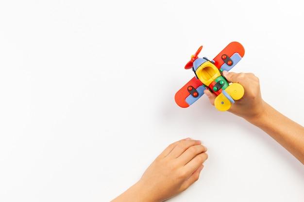 Kolorowe zabawki samolot w ręce dziecka