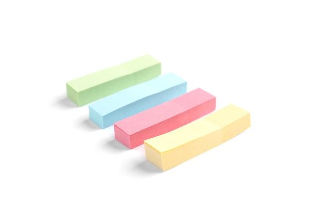 Kolorowe zakładki papierowe na białym tle.
