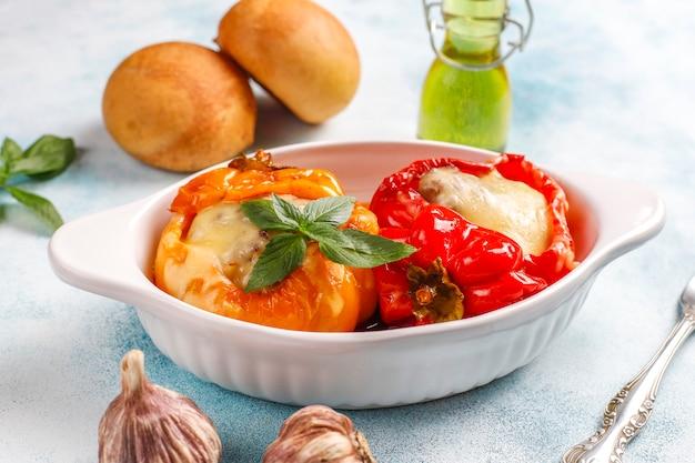 Kolorowe zapiekane z serem, papryki faszerowane mięsem mielonym.