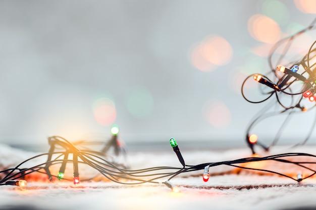 Kolorowe żarówki światła bożego narodzenia tło. naturalne zimowe światło bokeh.