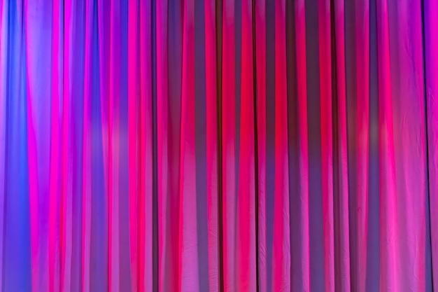 Kolorowe zasłony w teatrze. różowy fiolet. zdjęcie wysokiej jakości